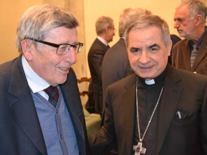 """Quei messaggi di Becciu al cardinale Perlasca: """"Accrediti alla Marogna"""""""