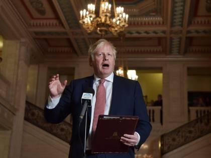 La furia inglese dopo le accuse alla Corona. BoJo la difende e il Labour va all'attacco