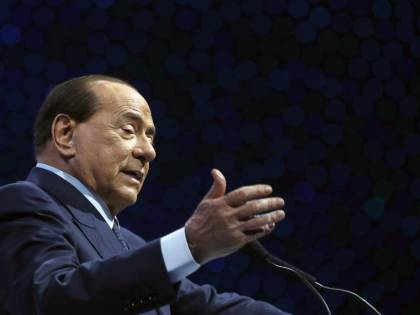 """Berlusconi sferza l'Ue """"Intervenire su Pfizer e distribuire i vaccini"""""""