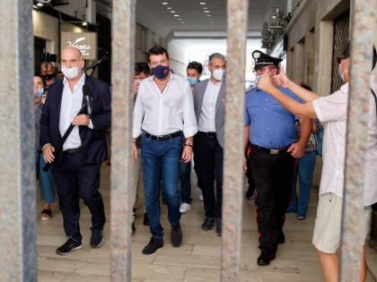 """""""C'è Salvini: la città è blindata"""". E il Pd sfila con gli antagonisti"""