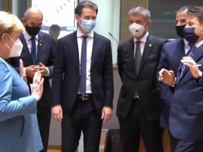 Conte arriva e saluta la Merkel Ma la cancelliera stupisce tutti