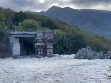 """Il maltempo fa crollare 12 ponti: """"Il governo pensa alla Luna"""""""