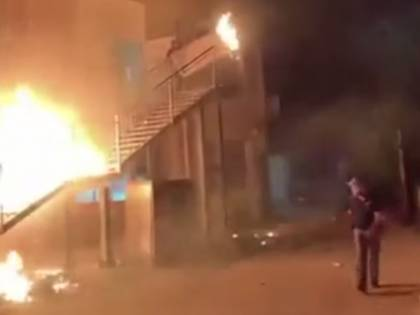 Rivolta nel centro migranti. Rogo e fuga: 3 agenti feriti
