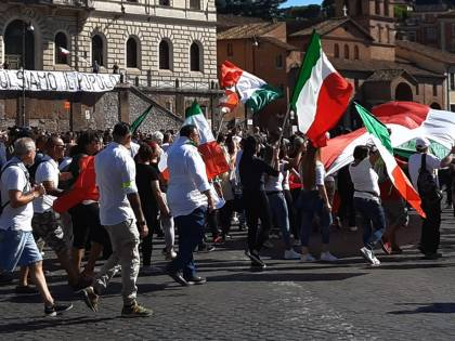 """Negazionisti oggi in piazza. Il Viminale: """"Pugno di ferro"""""""