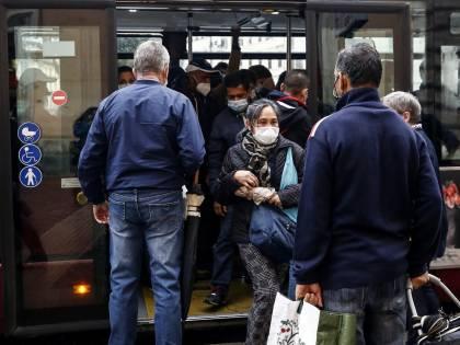 """""""Il virus non circola sui mezzi di trasporto"""". Ma ora il Cts chiede più controlli"""