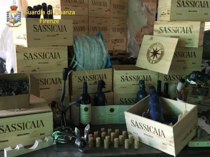Producevano e vendevano 700 casse al mese di vino Sassicaia contraffatto: 2 arresti, 11 indagati