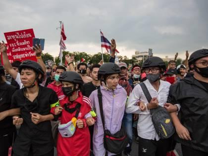 Cannoni ad acqua su Bangkok. Manifestanti a rischio ergastolo