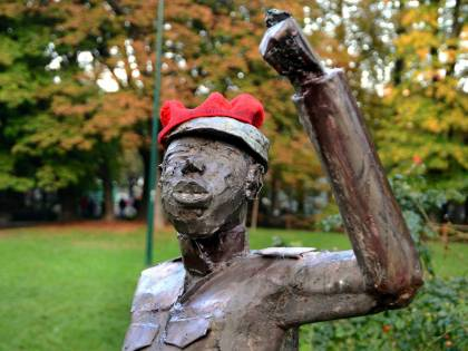 Statua contro Montanelli messa nei suoi Giardini