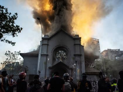 Cile, chiese a fuoco e saccheggi. La rivolta dei rossi anti sistema
