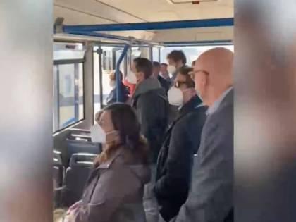 """Ammassati sull'autobus che porta al terminal: """"È uno schifo"""""""