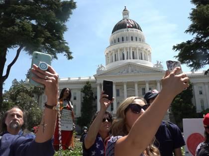 """""""American Selfie"""". I cellulari? Più pericolosi persino dei fucili"""