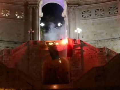 """Tricolore bruciato a Cagliari: """"Ribellatevi contro le leggi ingiuste del governo"""""""