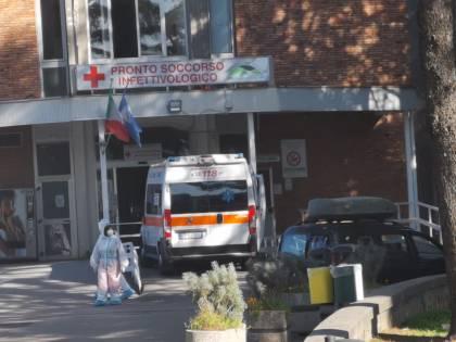All'esterno del pronto soccorso dell'ospedale Cotugno di Napoli