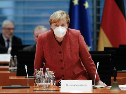 Caos AstraZeneca. Merkel scettica e l'Europa non usa quattro dosi su 5
