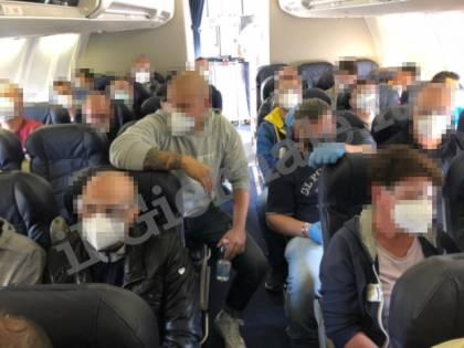 Quel volo delle polemiche: migranti e agenti ammassati
