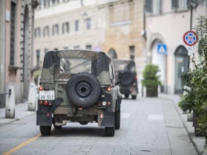 Aggredisce militari, bloccato con spray al peperoncino