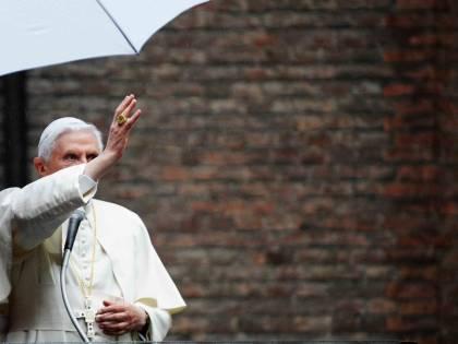 """Ora si riapre il caso in Vaticano: """"Ratzinger non vesta di bianco"""""""