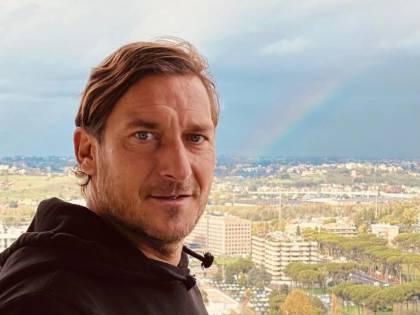"""""""Non ha il titolo per farlo"""": E l'associazione agenti denuncia Totti"""