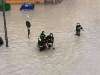 """Alluvione a Crotone. Il sindaco: """"Non uscite di casa"""""""