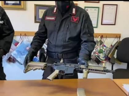 """Sparano ai passanti dal balcone """"per noia"""": arrestati due minori"""