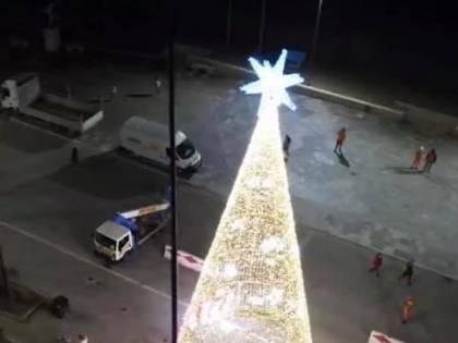 Viareggio, valanga di proteste contro l'albero di Natale e il sindaco lo fa smontare