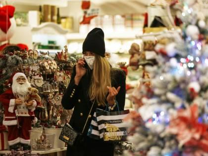 Cene, tombolate e inviti a casa: cosa si può fare (e cosa no) a Natale
