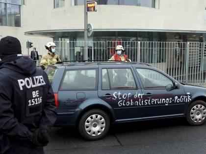 """Paura a Berlino, auto contro l'ufficio della Merkel: """"Assassini"""""""