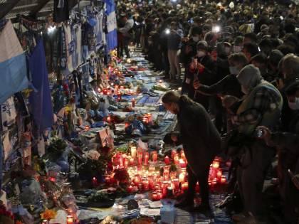 Assembramenti a Napoli per salutare Maradona. Esplode la polemica