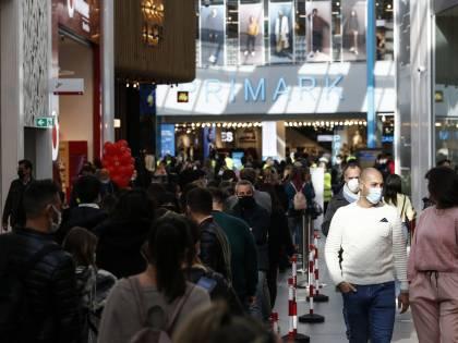 In migliaia all'apertura del centro commerciale. Bufera contro il Comune