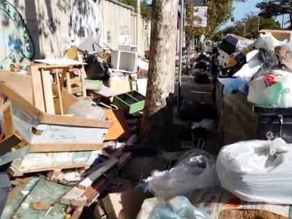 Palermo sommersa dai rifiuti: materassi e motorini in discarica