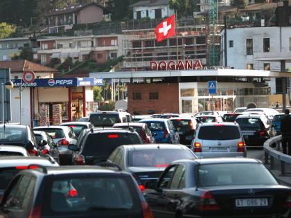 """La polemica in Svizzera: """"Piste chiuse a sciatori? Allora via i frontalieri"""""""