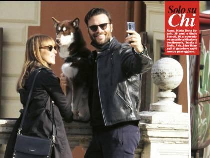Maria Elena Boschi innamorata a Roma (con la mascherina abbassata)