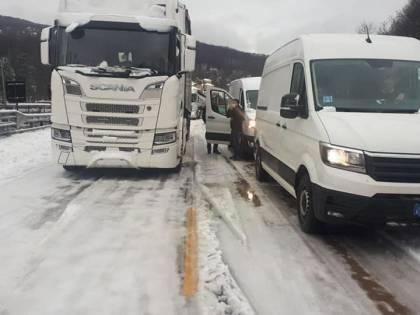 Il gelo che blocca l'autostrada Le coperte per chi resta in auto