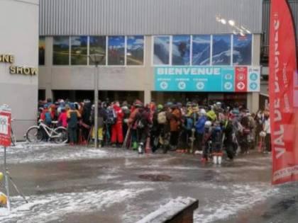 Sciatori ammassati in funivia: in Svizzera lo sci senza regole