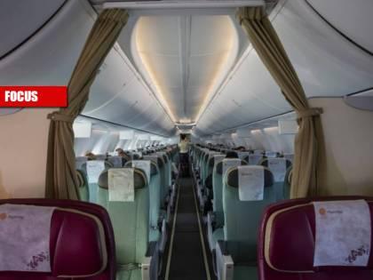 """L'aria, i pasti, la durata del volo: così il virus """"corre"""" sugli aerei"""