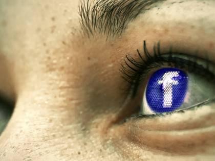 Facebook dichiara guerra ad Apple: la Mela offre troppa privacy