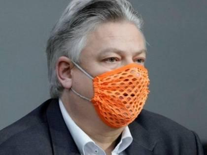 """Ricoverato deputato AfD negazionista. Si era recato in parlamento con una """"mascherina bucata"""""""