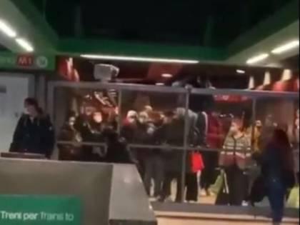 La metropolitana chiusa perché è troppo piena: ragazzi saltano barriere