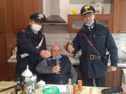 """Anziano chiama i carabinieri:  """"Sono solo a Natale. Venite per un brindisi?"""""""