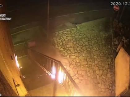 Multato per aver violato norme anti Covid, lancia dei molotov contro stazione dei carabinieri