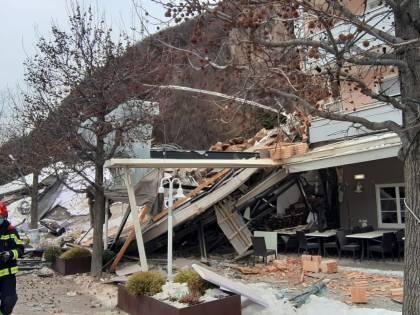 Si stacca una parete rocciosa: crolla albergo a Bolzano