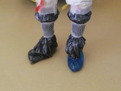 Così la Puglia umilia la sanità: buste della spazzatura ai piedi degli operatori sanitari
