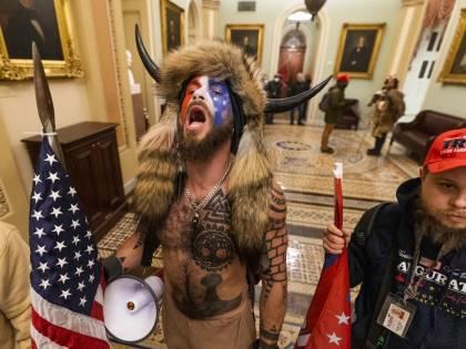 Usa: continua il mistero dello strano sciamano