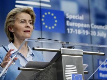 Il caos vaccini spacca l'Ue: Timmermans attacca von der Leyen