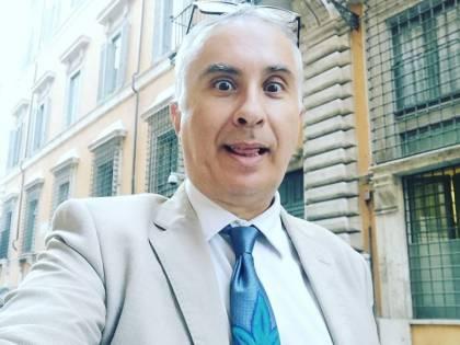 """L'ironia del web su Lello Ciampolillo: """"Quando la cravatta...."""""""