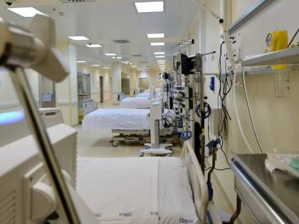 """L'ospedale Covid diventa il set per la fiction. La polemica: """"Ma qui si muore davvero"""""""