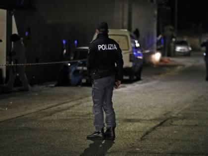 La furia del pusher sull'agente: il poliziotto a terra senza sensi