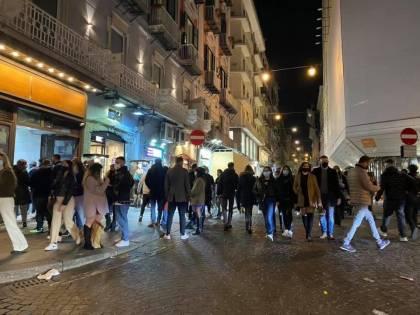 A Napoli è caos movida, maxi assembramenti per strada