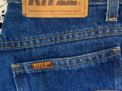 Jeans, giubbetti e felpe a soli due euro: svendita dei capi invenduti della Rifle