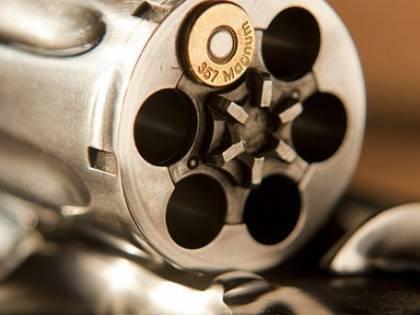 Agente segreto muore mentre, ubriaco, gioca alla roulette russa